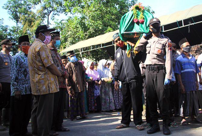 Prosesi Pemakaman Mbah Yasringah