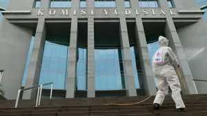 Petugas PMI Jakarta Pusat melakukan penyemprotan cairan disinfektan di kantor Komisi Yudisial.