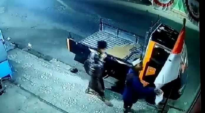 Tangkapan layar CCTV, saat pemuda tak dikenal mencabut bendera merah putih