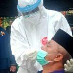 Bupati Aceh Barat saat melakukan tes swab