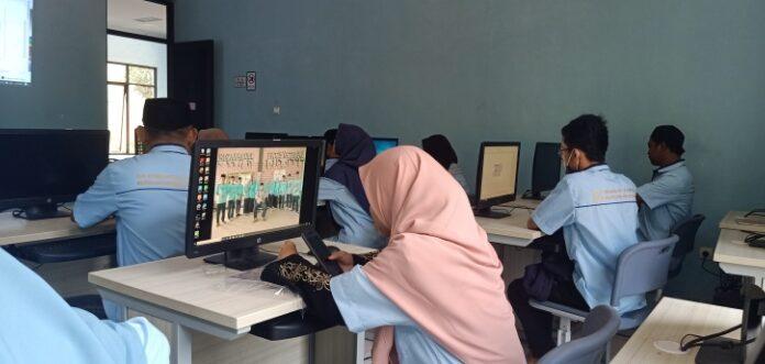 Peserta Pelatihan Komputer yang di Selenggarakan Pesantren Fathimiyah sebagai Program Depnaker