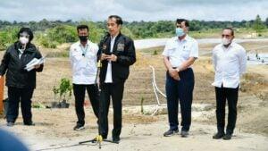 Presiden Joko Widodo meninjau perkembangan pembangunan kawasan lumbung pangan (food estate).